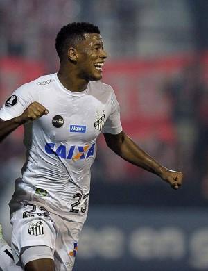 Arthur Gomes, em posição irregular, desvia a bola para o gol: vitória contestada - Diário Olé