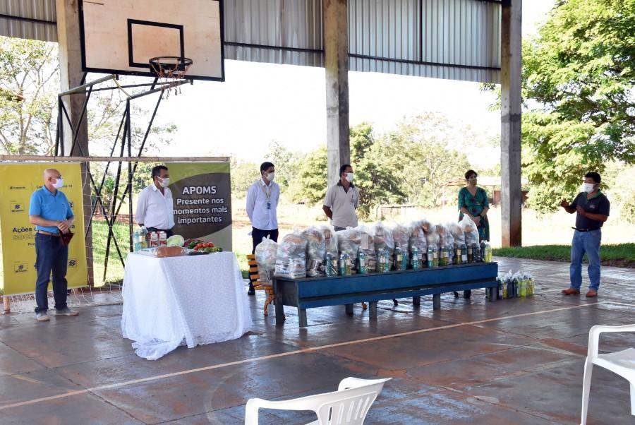 Momento da entrega das cestas de alimentos em Glória de Dourados - Fotos Adauto Dias