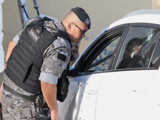Carro foi fuzilado na Avenida Guaicurus na manhã desta segunda-feira (Foto: Saul Schramm)