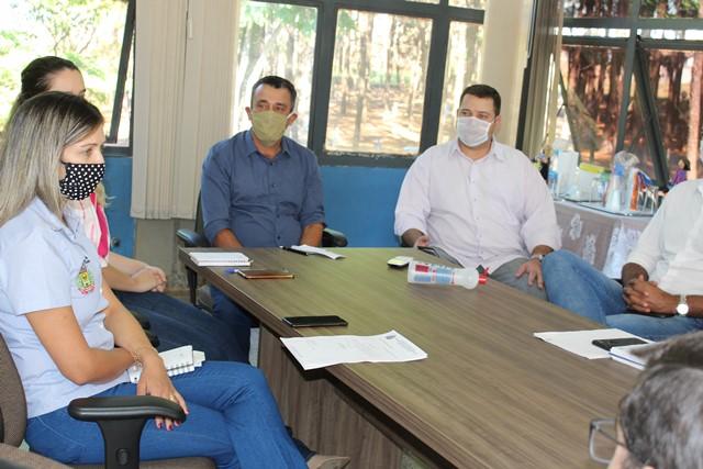 Foto - Prefeito Aristeu secretários, Advogados, representantes da SEARA