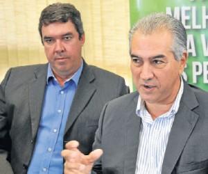Eduardo Riedel (secretário de Governo) ouve Azambuja falar sobre medidas impopulares - Valdenir Rezende/Correio do Estado